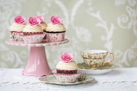 장미 컵 케이크와 애프터눈 티