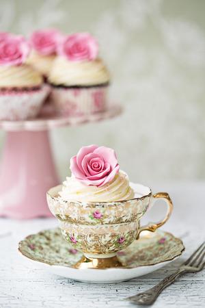 バラのケーキとアフタヌーン ティー 写真素材