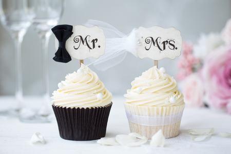 신부와 신랑 컵 케이크 스톡 콘텐츠
