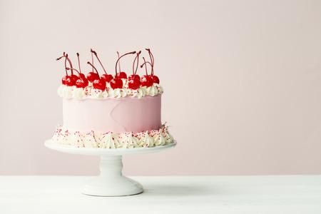 cereza: Torta adornada con helar y marrasquino cerezas Foto de archivo