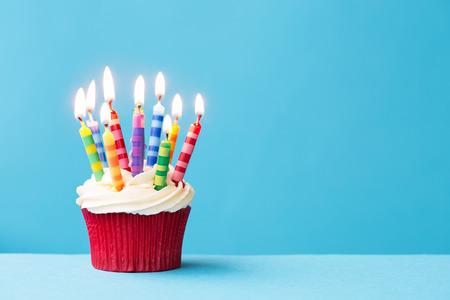 anivers�rio: Cupcake do anivers�rio contra um fundo azul Banco de Imagens