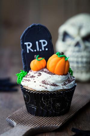 Halloween cupcake decorated with fondant pumpkins Zdjęcie Seryjne