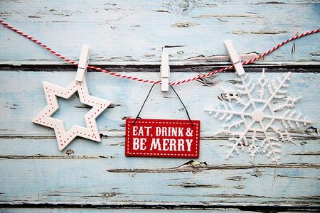 """""""Comer, beber y ser feliz"""" signo sobre un fondo de madera en dificultades"""