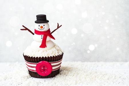 bonhomme de neige: Bonhomme de neige petit gâteau avec copyspace à côté Banque d'images