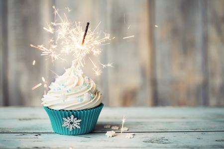 aquamarin: Weihnachtskleiner kuchen mit Wunderkerze verziert