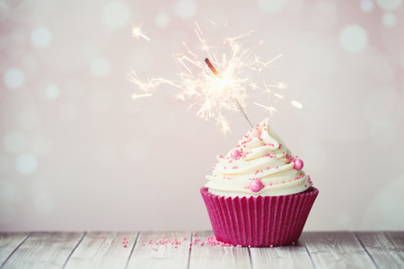 torta compleanno: Cupcake rosa compleanno con sparkler Archivio Fotografico