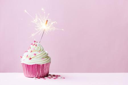 oslava: Růžový košíčky zdobená prskavka