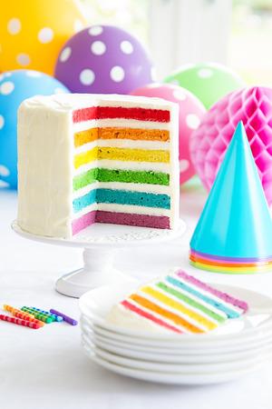 色鮮やかな虹層ケーキ 写真素材