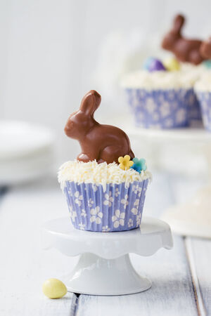 cakestand: Cupcakes decorated with chocolate Easter bunnies