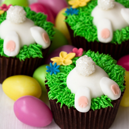 Cupcakes decorados con conejitos de Pascua fondant Foto de archivo