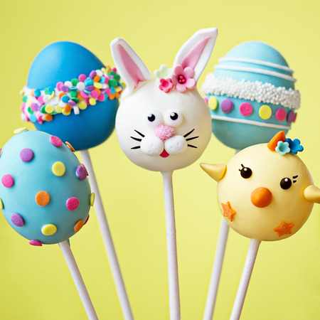 egg shape: Cake pops with an Easter theme