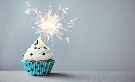 kerzen: Kleiner Kuchen mit einer Wunderkerze verziert