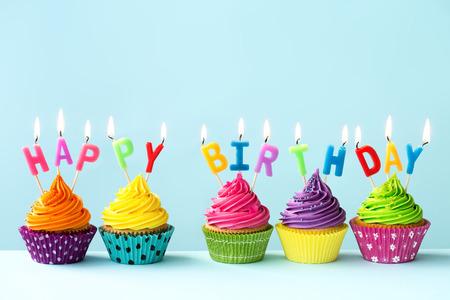 pastel aniversario: Feliz cumpleaños cupcakes Foto de archivo