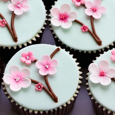 turquesa: Cupcakes decorado con flores de cerezo Foto de archivo