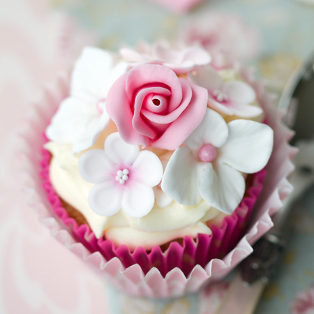 gumpaste: Cupcake decorated with fondant flowers