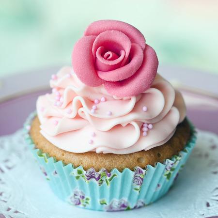単一のバラのカップケーキ