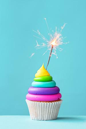 gateau anniversaire: Petit g�teau de couleur joliment d�cor�es avec un cierge Banque d'images