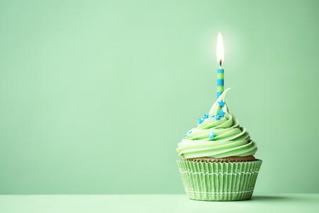 velas de cumpleaños: Magdalena del cumpleaños verde con copia espacio a lado Foto de archivo