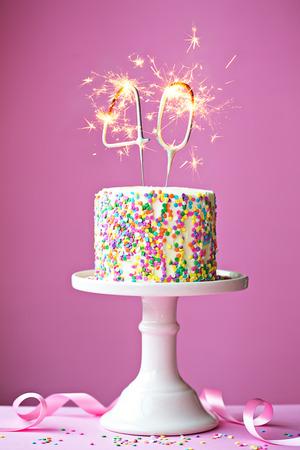 torta compleanno: 40. Torta di compleanno con stelle filanti Archivio Fotografico
