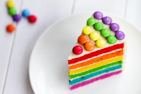무지개 레이어 케이크의 화려한 조각 스톡 콘텐츠