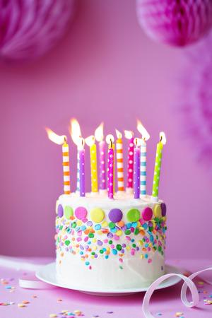 torta candeline: Torta di compleanno su uno sfondo di partito