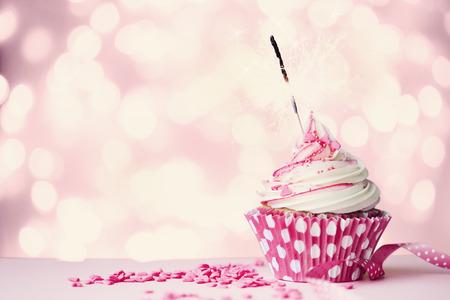 kerze: Rosa Cupcake mit Wunderkerze und Lichterketten