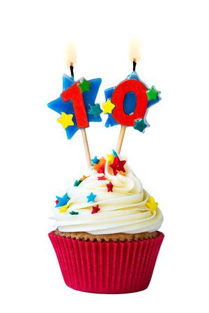 Kleiner Kuchen mit Nummer zehn Kerzen Standard-Bild
