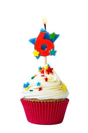Kleiner Kuchen mit Nummer sechs Kerze Standard-Bild - 37491055