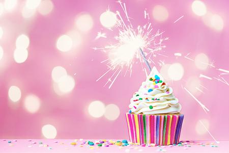 gateau anniversaire: Petit g�teau rose avec sparkler et f�eriques feux