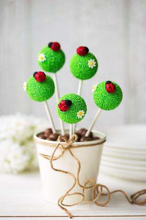 mariquitas: Cake pops decoradas con fondant mariquitas Foto de archivo