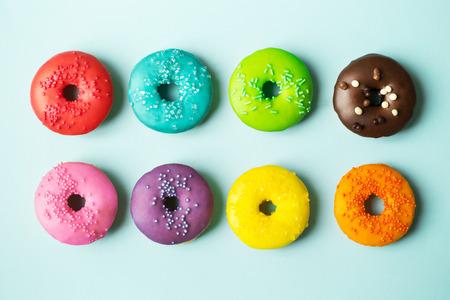 pastel: Donas de colores sobre un fondo azul
