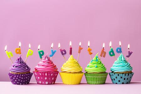 pastel de cumplea�os: Magdalenas del feliz cumplea�os Foto de archivo