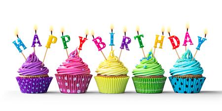 joyeux anniversaire: Rangée de petits gâteaux d'anniversaire colorés isolés sur un fond blanc