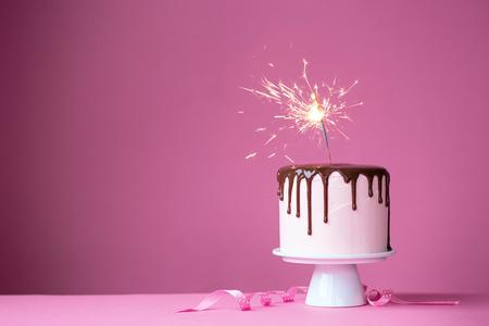 velas de cumpleaños: Torta adornada con una bengala Foto de archivo