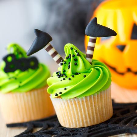 czarownica: Halloween cupcake ozdobione nogach wiedźmy Zdjęcie Seryjne