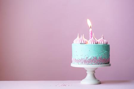 urodziny: Urodzinowy tort z jedną świecę Zdjęcie Seryjne