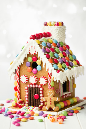 Gingerbread house decorated with colorful candies Imagens