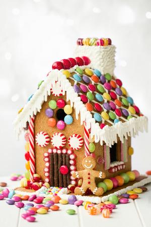 Ontbijtkoek huis versierd met kleurrijke snoepjes Stockfoto - 47120345