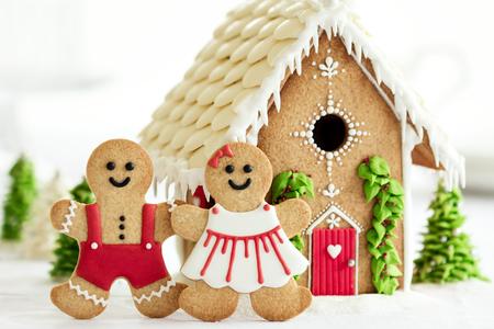 Casa de pan de jengibre con los pares delante Foto de archivo - 48540104