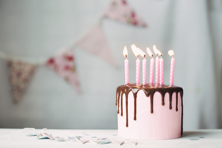 pastel de chocolate: Birthday cake with pink candles Foto de archivo