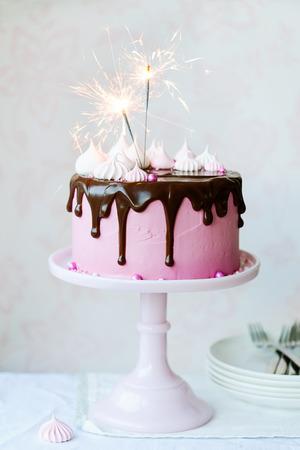 pastel de chocolate: Torta de cumpleaños con luces de bengala