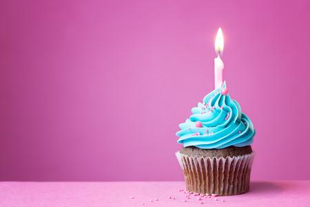 Verjaardag cupcake met een enkele kaars
