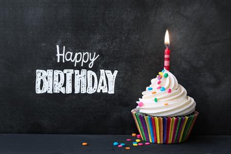 pastel cumpleaños: Magdalena del cumpleaños delante de una pizarra Foto de archivo