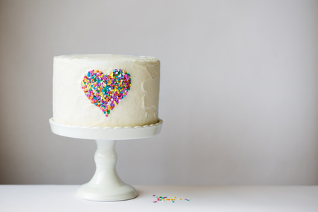 カラフルなハートとホワイト ケーキ 写真素材