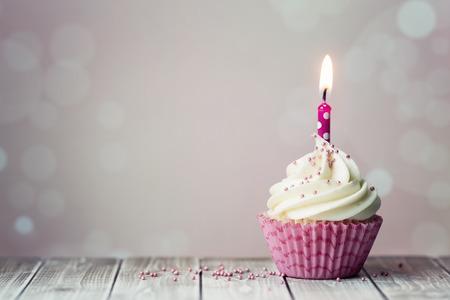 urodziny: Różowy urodziny cupcake z świeca Zdjęcie Seryjne
