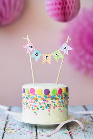gateau anniversaire: Gâteau décoré pour une fête d'anniversaire Banque d'images