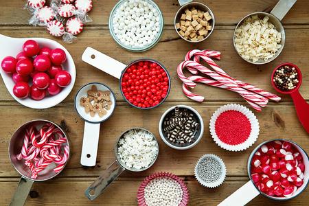 pastel de chocolate: decoraciones y asperja la magdalena de la Navidad Foto de archivo