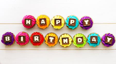 pastel de cumplea�os: Las magdalenas con una felicitaci�n de cumplea�os Foto de archivo