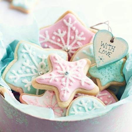 雪の結晶クッキーでいっぱいのギフト ボックス 写真素材