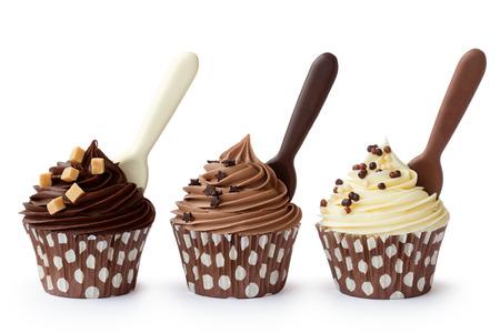 pastel de chocolate: Magdalenas adornadas con blanco, leche y cobertura de chocolate oscuro